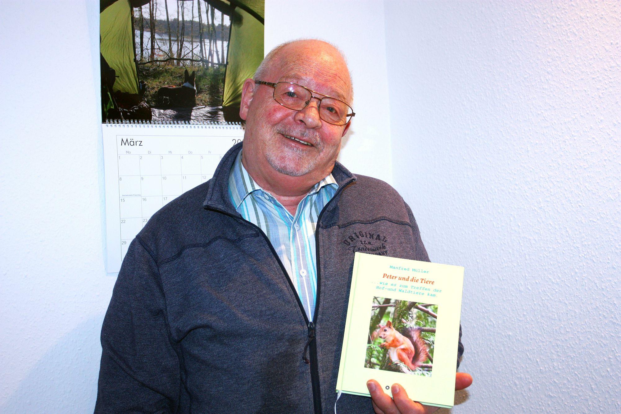 Manfred Müller und sein Vorlesebuch (Foto: G. Schreckenberg)
