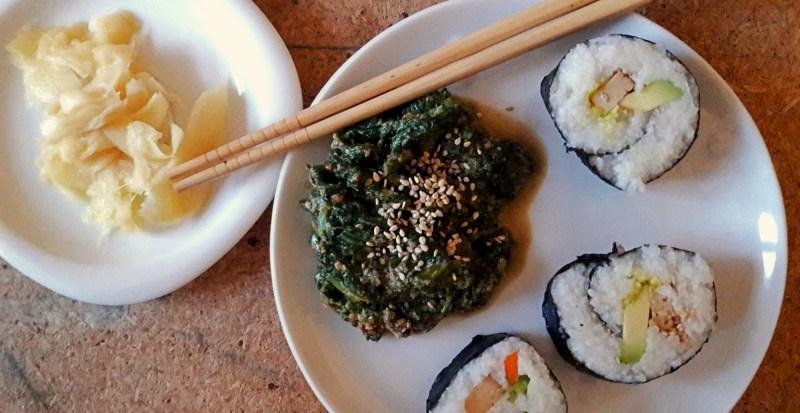 Japanischer Spinatsalat zu veganem Sushi