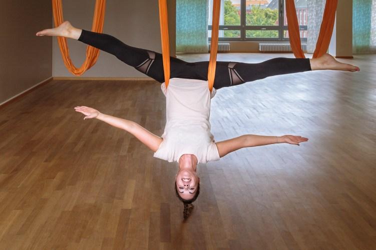 Elena hängt elegant ab beim Aerial Yoga
