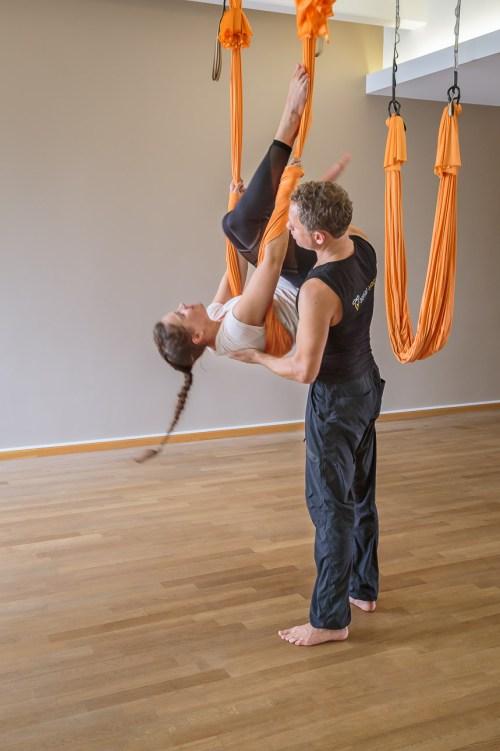Mit ein bisschen Hilfe von Aerial Yoga-Coach Jost Blomeyer klappen auch die schweren Posen