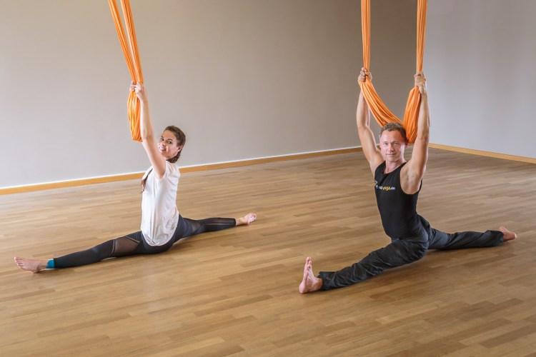 Je mehr Flexibilität desto besser - Elena und Coach Aerial Yoga-Jost Blomeyer haben davon mehr als genug
