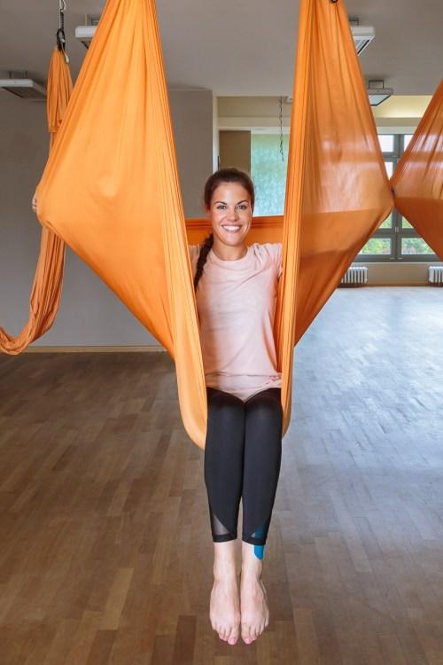 Elena die kleine Fledermaus beim Aerial Yoga