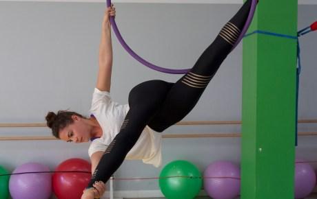 Elena beim Aerial Hoop
