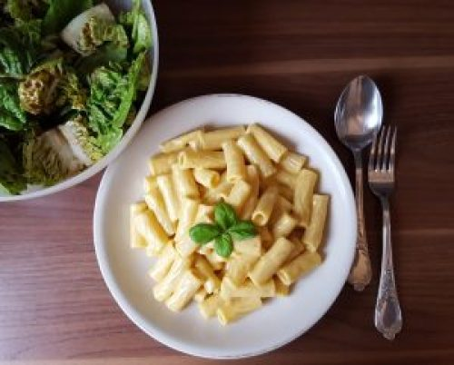 Vegane Mac and Cheese mit Salat