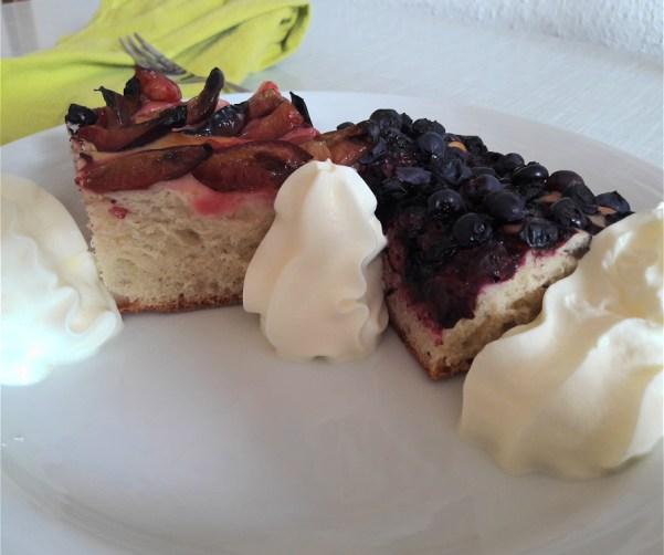 Leckeres Duo: veganer Zwetschgenkuchen und veganer Blaubeerkuchen mit veganer Sahne