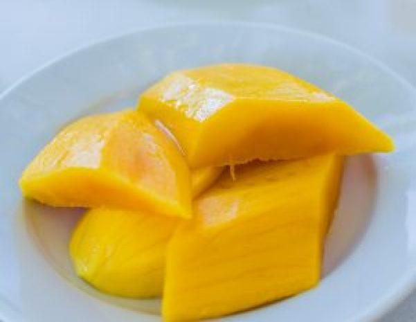 Die Mango sorgt für exotische Fruchtigkeit in der veganen Rote Linsen-Suppe