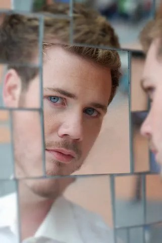 Man in many mirrors © Zen2000 | Dreamstime.com