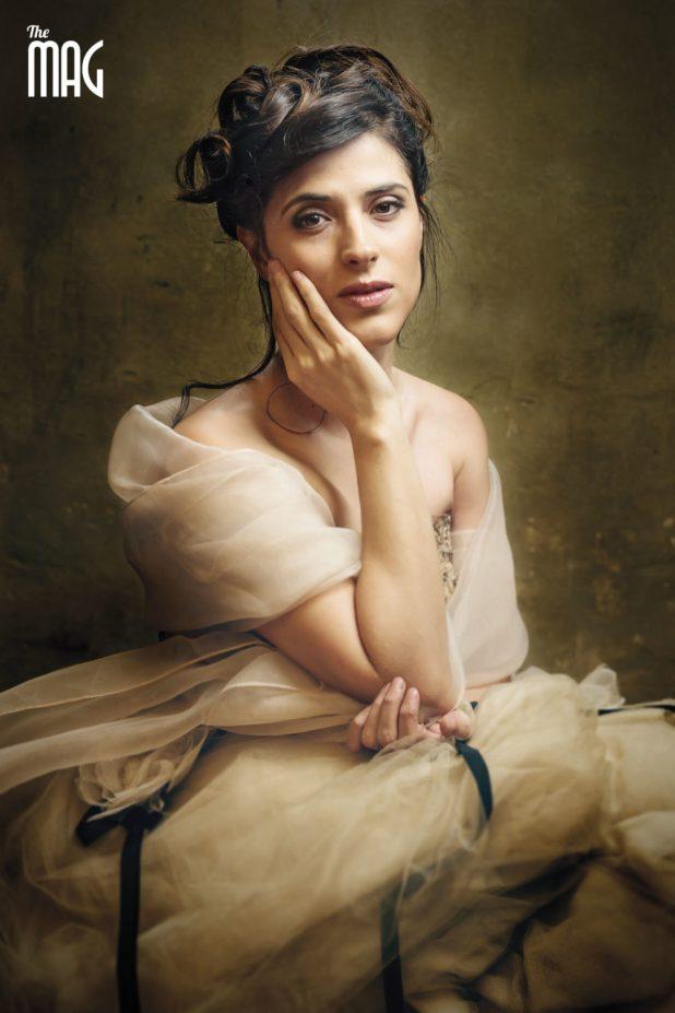 Foto di Lucia Rossi con abito classico e mano che accarezza il viso