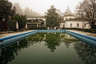 piscina-con-bordo-blu-enrico-milanesi-fontecchio-13