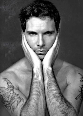 intenso ritratto di Paul Pedana con le mani sul volto
