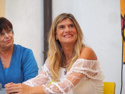 Federica Angeli sorridente durante l'intervento a Foligno