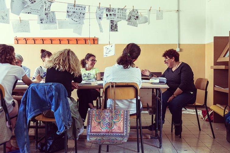Silvana Sperati in aula con gli studenti del laboratorio metodo Munari