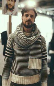 χοντρό ριγέ μάλλινο πουλόβερ και κασκόλ
