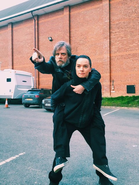 Daisy Ridley carries Mark Hamill around Pinewood Studios