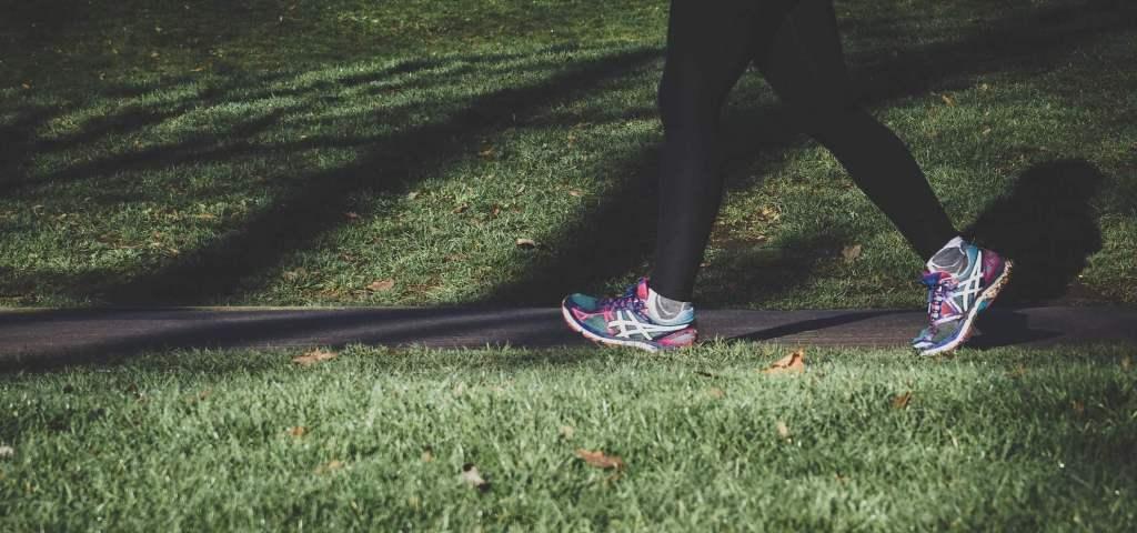 歩く瞑想を行う女性