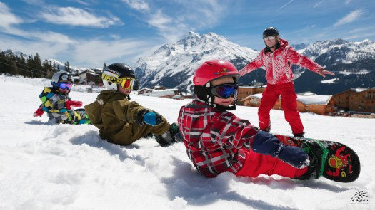 Kids are enjoying a snowboard lesson at La Rosière
