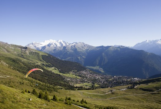 During the summer the Parapenting is usually practiced at the Verbier Valley. Photo by AM Studio. Verbier Promotion.
