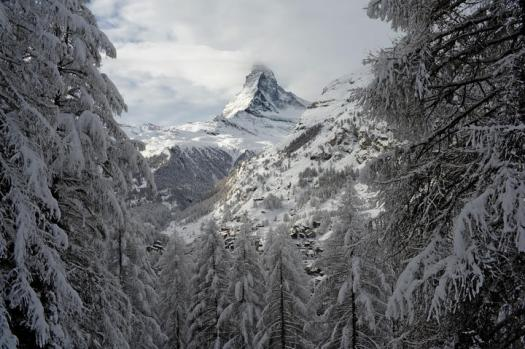 Matterhorn Frisch Verschneit. Matterhorn in winter. Thanks to a DNA test confirmation, the remains found near the Matterhorn where matched to a Japanese climber.