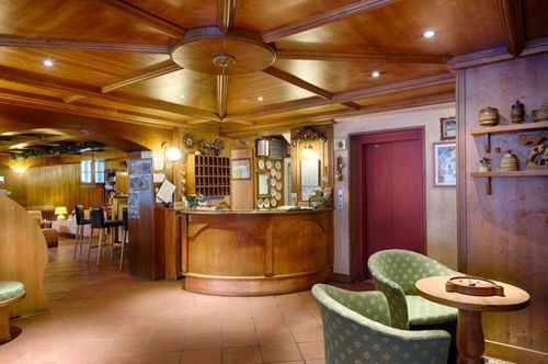 Reception area and bar at Hotel Edelweiss-Courmayeur. Aiguille du Midi vs Punta Helbronner – which one you should do? Book your stay at the Hotel Edelweiss here.