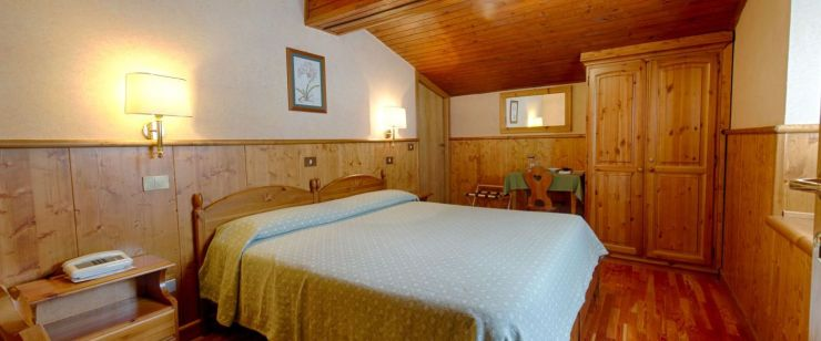 A double room in Hotel Edelweiss. They also count with triple and quad rooms, as well as one apartment.