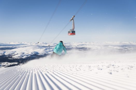Ski groomed slope in Åre. Photo Skistar. How ski grooming patterns can affect visibility in the snow.