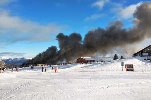 The fire started in the rental shop Austria. Photo in Twitter by @Flor4_Piscicelli. Second fire at Chapelco Ski Resort within a couple of weeks.