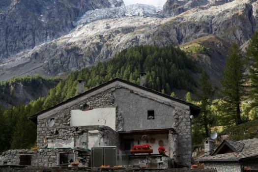 A radar was placed to measure the movement of the Plampincieux glacier. A fast-melting glacier in the Mont Blanc raised an alarm in the area of Val Ferret of Courmayeur.