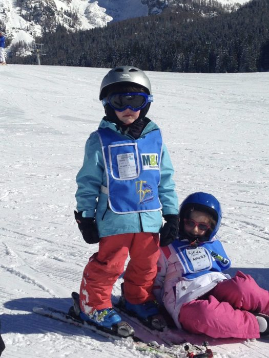 My youngest at his ski lesson. If you check the tip of the skis, you will distinguish the Edgie Wedgie that allowed him. 7 things that can help you when taking kids skiing. to not cross his skis while learning.