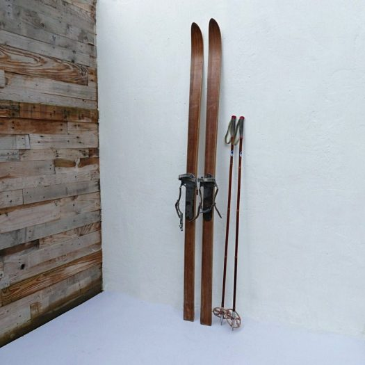 Vintage Skis look great on a ski chalet. Stay at the Heart of the Valdigne to ski in Courmayeur, La Thuile and Pila/Aosta