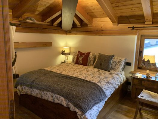 Main double bedroom with en-suite shower room at Il Coure della Valdigne. Stay at the Heart of the Valdigne to ski in Courmayeur, La Thuile and Pila/Aosta.