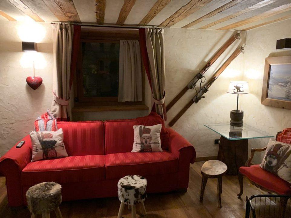 Living room at Il Cuore della Valdigne. Stay at the Heart of the Valdigne to ski in Courmayeur, La Thuile and Pila/Aosta.