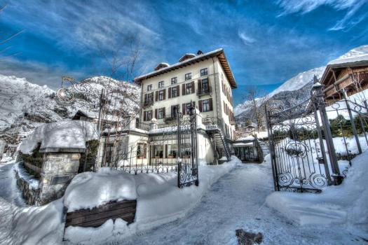 Villa Novecento is in the quiet area of Larzey in Courmayeur. Aiguille du Midi vs Punta Helbronner – which one you should do? Book your stay at Villa Novecento here.