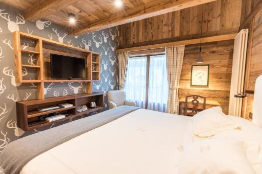 A double room at L'Auberge de la Maison. There are lots of different types of rooms at L'Auberge de la Maison- to see them all, check our Where to Stay section of the Must-Read Guide to Courmayeur. Aiguille du Midi vs Punta Helbronner – which one you should do? Book your stay at L'Auberge de la Maison here.