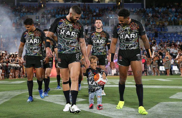 Foi um momento de alegria para Quaden, enquanto ele caminhava com os jogadores de rugby para o campo.