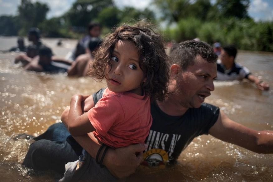 Некоторые семьи переходят опасные реки, чтобы приблизиться к границе США и Мексики.