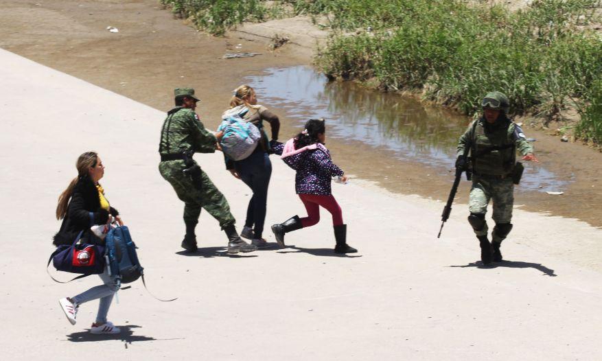 Койоты помогают мигрантам пересекать границу в обмен на тысячи долларов