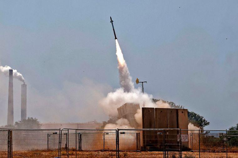 El sistema de defensa aérea Iron Dome de Israel intercepta cohetes lanzados desde la Franja de Gaza