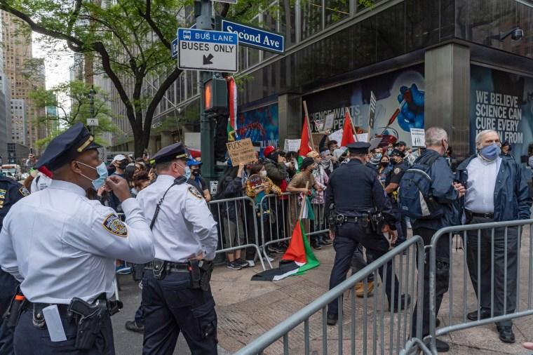 Las protestas de cada lado intercambiaron cánticos e insultos mientras la policía buscaba mantenerlos separados.