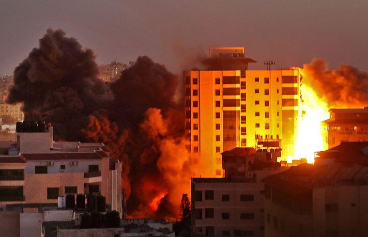 Los sangrientos combates se intensificaron entre israelíes y palestinos en la Franja de Gaza y sus alrededores el martes por la noche y el miércoles.