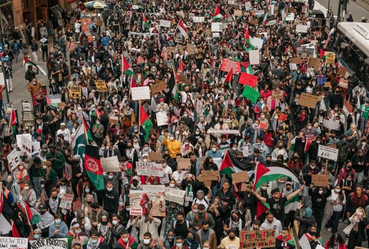 La multitud era de cientos de personas para la protesta.