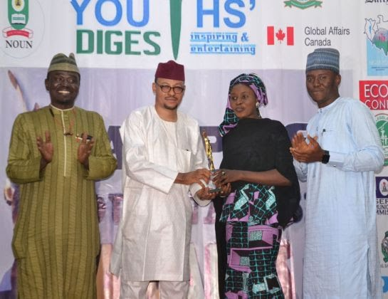Chairman Code of Conduct Tribunal Justice Danladi Umar presents Campus Journalist of the Year to Maryam Abdullahi at 2019 Campus Journalism Awards