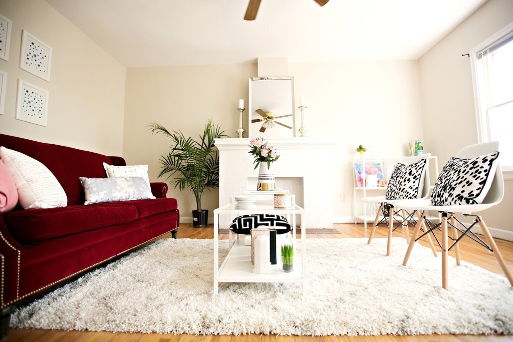 First home decor of a young blogger, you don't want to miss this home tour!