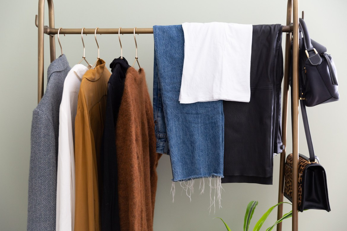 How To Make a 10×10 Capsule Wardrobe – The Anna Edit