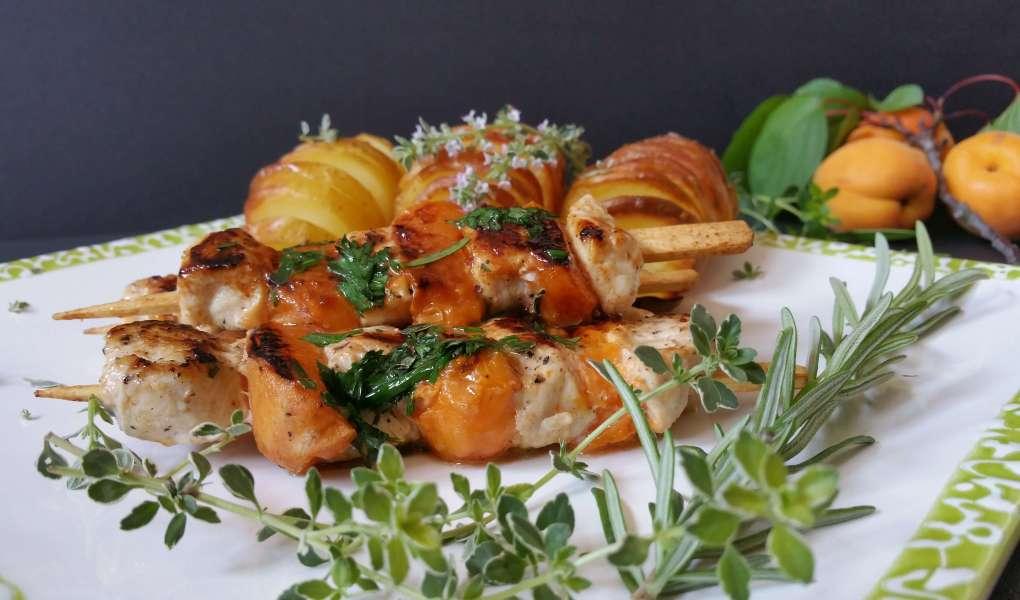 Hühnerspieße mit Marillen und Kräutern aus dem Garten