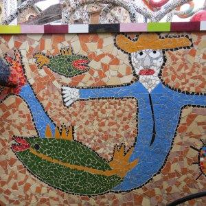 עבודת פסיפס בשילוב דגים – מי שמכיר את העבודות שלי מבין מדוע התחברתי ליצירות הצבעוניות עם מוטיבים הדגים. צילום: איריס עשת כהן