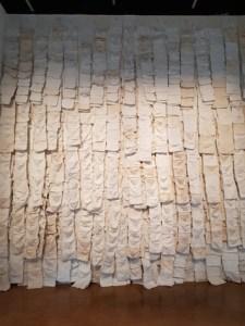 שילה היקס – קווי החיים, הקיר הלבן הזה כיסים, כיסים, ירושלים, ממש כמו כותל – אמנות מרגשת עד דמעות.