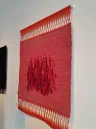 שילה היקס, אמריקאית, ילידת 1934 החיה בפאריז ויוצרת אמנות משנות ה 50, אמנית טקסטיל ייחודית במינה המשלבת אריגה, שזירה, קשירה, תפירה,