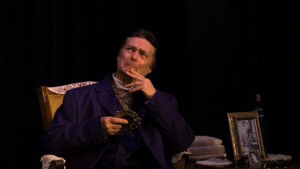 "Craig Dudley as Oscar Wilde in a scene from ""Diversions & Delights"" (Photo credit: Katie Kearns Rakos)"