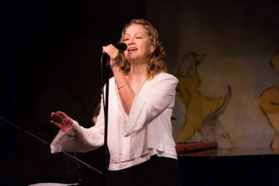 Joan Osborne in performance at the Café Carlyle (Photo credit: David Andrako)