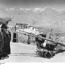 Tibetexpedition, Mönche mit Blasinstrumenten